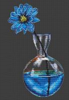 Синий цветок в вазе